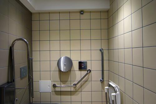 Toilettes publiques de l'Aire de Loisirs à Gassin -  https://gassin.eu