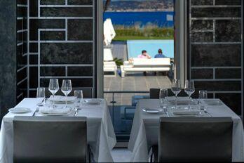 salle intérieure du restaurant vue mer