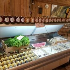 Stand de fromage du magasin dans la forêt